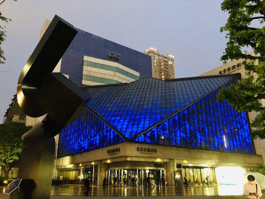 東京芸術劇場 ブルー・ライトアップの様子